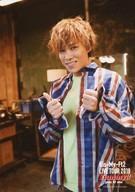 【中古】生写真(ジャニーズ)/アイドル/Kis-My-Ft2 Kis-My-Ft2/千賀健永/上半身・衣装青白赤緑・両手親指立て・体左向き/「Kis-My-Ft2 LIVE TOUR 2018 Yummy!! you&me」オリジナルフォト