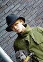 【エントリーでポイント10倍!(9月26日01:59まで!)】【中古】生写真(男性)/タレント 山田親太朗/バストアップ・衣装カーキ・帽子・犬・体左向き・背景レンガ/公式生写真