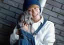 【エントリーでポイント10倍!(9月26日01:59まで!)】【中古】生写真(男性)/タレント 山田親太朗/横型・バストアップ・衣装白青・帽子・右手犬・首かしげ・笑顔・背景レンガ/公式生写真