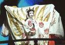 【中古】生写真(女性)/宝塚歌劇団(宙組)/女優 宝塚歌劇団(宙組)/星風まどか/ライブフォト・横型・上半身・衣装白・赤・右向き・右腕曲げ・左腕伸ばし・2Lサイズ/宙組東京公演「白鷺(しらさぎ)の城(しろ)」「異人たちのルネサンス」舞台写真