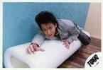 【中古】生写真(ジャニーズ)/アイドル/TOKIO TOKIO/城島茂/横型・全身・衣装グレー・インナー迷彩柄・寝そべり・右手伸ばし・背景水色/公式生写真