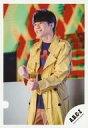 【中古】生写真(ジャニーズ)/アイドル/A.B.C-Z A.B.C-Z/五関晃一/膝上・衣装黄色・紫・両手グー・左向き・笑顔/シングル「DAN DAN Dance!!」MVオフショット/公式生写真