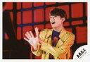 【中古】生写真(ジャニーズ)/アイドル/A.B.C-Z A.B.C-Z/五関晃一/横型・バストアップ・衣装黄色・紫・両手パー・左向き・口開け/シングル「DAN DAN Dance!!」MVオフショット/公式生写真