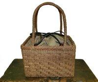 和装にも似合う小ぶりで上品なかごバッグです。