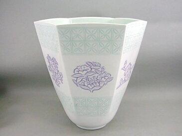 人間国宝 井上萬二作 白磁緑紫彫文面取花器