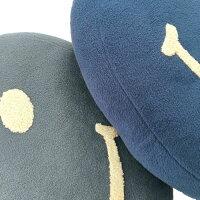 NICOラウンドクッションマイクロリース≪ネイビー≫スマイル中綿入りR38cmブークレ刺繍【あす楽対応】