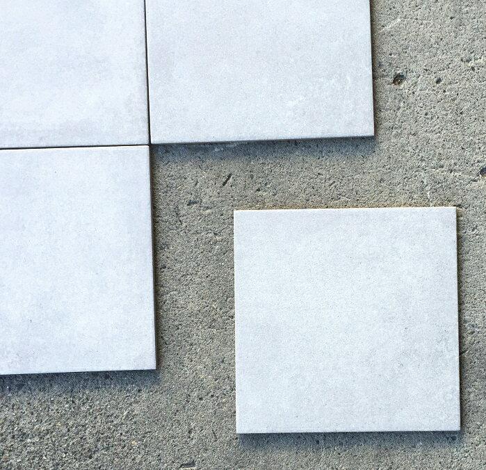 磁器 タイル 300角 コンクリート風 白アイボリー色