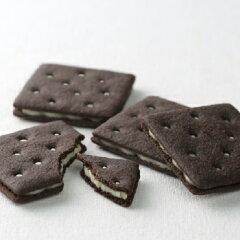 ブラックココア入りのビスケットで、すっきりとした甘さのホワイトチョコレートをサンドしまし...
