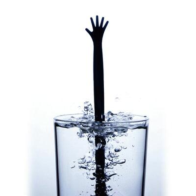 水面から、助けを求めるかのように伸びる手の…