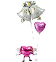 エンジェルちゃんが持つ、大きなウェディングベルときらきらピンクハートの結婚式お祝いブーケ