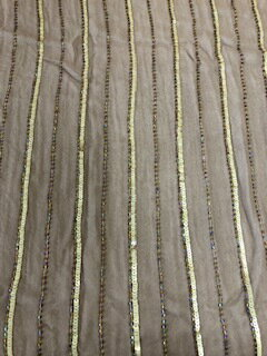シフォン地にビーズとスパンコールが縦に縫い付けられています。ブラウスや小物アイディア次第でいろんなものにアレンジ です。110巾