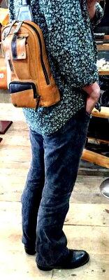 【国産・ジョーアルビニスタ(JYOARVINISTA)『LUX/ラックス』】イタリアンラムレザー仔羊革・縦型ホディバッグ(62201)メンズ/レディース