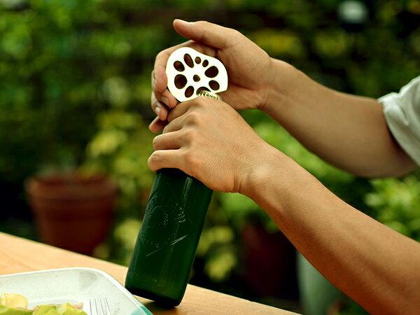 レンコンの穴の一部がオープンになっていて、そこに瓶のふたを引っ掛けて使います。思わず手に取って使ってみたくなる、大人の遊び心をくすぐる面白さがあります。