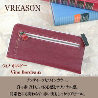 モデルのSAKIHOが持つヴレアゾンのピンクのL字ファスナー長財布