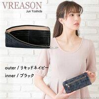 モデルのMERISAが持つヴレアゾンのネイビーのL字ファスナー長財布