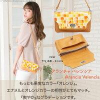 モデルのSAKIHOが持つヴレアゾンの財布ポシェットオレンジ