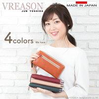 モデルのSAKIHOが持つヴレアゾンの長財布