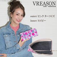 モデルのMERISAが持つヴレアゾンのピンクのL字ファスナー長財布