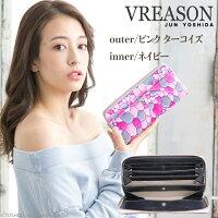 モデルのMERISAが持つヴレアゾンのピンクのラウンドファスナー長財布