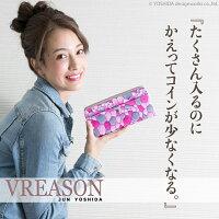 モデルのMERISAが持つヴレアゾンのラウンドファスナー長財布
