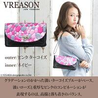 モデルのMERISAが持つヴレアゾンのピンクの財布ポシェット