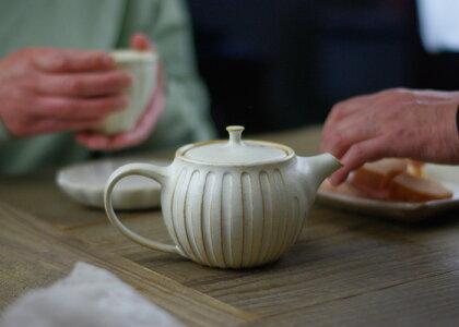 kinariのまん丸急須益子焼き窯元直送和食器の器をお届け粉引き(粉引)の白いティーポット。シンプルな無地デザインで使う場所を選びません。陶器の優しさ溢れます。紅茶ティーポット(紅茶ポット)としても最適です。ステンレスの茶漉しが付きます。(ss)