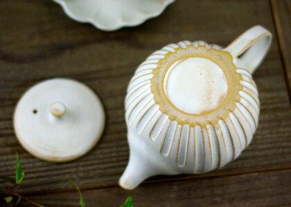 kinariのまん丸急須益子焼き窯元直送和食器の器をお届けアイボリーの白いティーポット。シンプルな無地デザインで使う場所を選びません。陶器の優しさ溢れます。紅茶ティーポット(紅茶ポット)としても最適です。ステンレスの茶漉しが付きます。(ss)