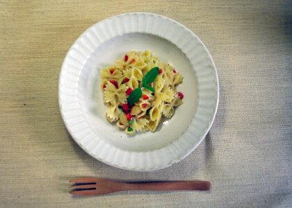 【わかさま陶芸】益子kinariしのぎシリーズリム付きボウル。サラダ、パーティー皿、パスタ皿にちょうど良いです。一枚あると重宝します。深さがあり煮物スープ系の料理に最適。ぜひ、贈り物にも。送料無料・離島を除く