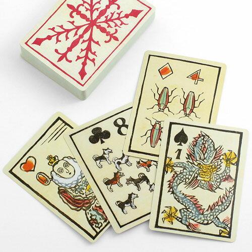 カードには全て異なった版画が印刷されています。4つのマークそれぞれにテーマがあり、見ているだけでも楽しめます。