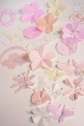 切り絵に挑戦しませんか?ハサミやカッターを使った切り絵。切り絵から作る豪華な飾りの作り方など。手指の動きが難しくても使える様々なハサミの紹介もあります。