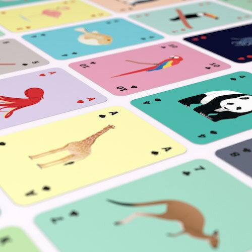 描かれているのは、ゾウやシマウマ、キリンと言ったお馴染みの人気動物たちです。現実から切り離されて描かれたイラストは、デザイン性が高くアートな雰囲気もあります。