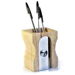鉛筆削りモチーフのペンスタンドです。大きな鉛筆削りはインパクト抜群だけど、ペンとの相性バ...