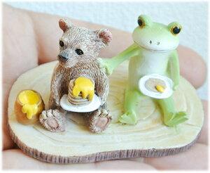 クマとパンケーキに不満なカエル