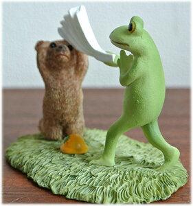 叩いて被ってをするカエルとクマの置物