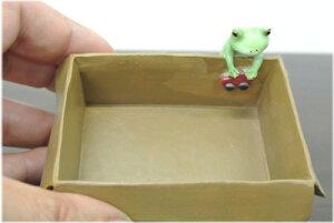 段ボール箱の小物入れとカエル
