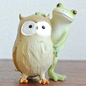 仲良しそうなカエルとフクロウ