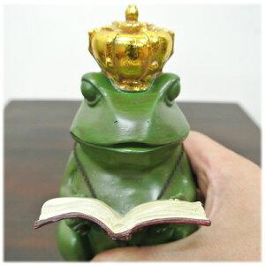 読書している王冠カエル