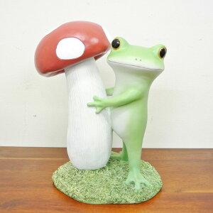 大きなキノコに抱きつくカエル