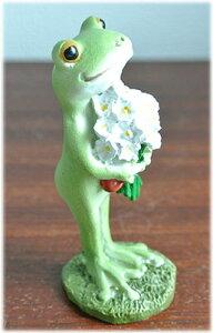 花束を抱えたカエル