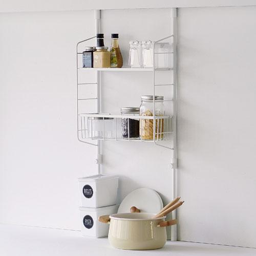 清潔感のある白いスリムなラックです。奥行きが14.5cmだから、キッチンのちょっとしたスペースに設置できます。