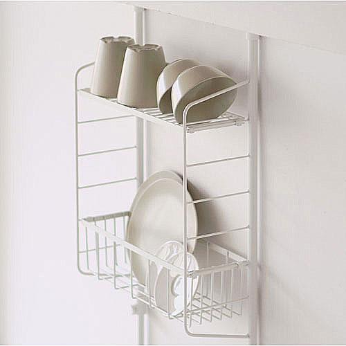 フラットなメッシュと、カゴが付いています。調味料やキッチンツールを管理するほか、食器の水切りに使っても◎です。サイドのバーも利用すれば、もっと収納力は上がりそうですね。