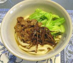 郡内(富士吉田・河口湖周辺)地域の郷土料理。独特の太固麺にキャベツと肉煮込みを添えて。山...