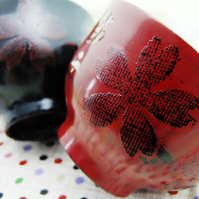 ギフトに最適!送料・名入れ彫り無料!■和の技術が美しい桜吹雪の漆塗り汁椀(木箱)赤・黒天然木の手作り椀に、名入れとメッセージを彫刻!