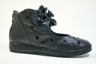 ショートブーツお花パンチングブーツ本革痛くない靴疲れない靴黒レディース靴yurikomatsumotoかわいいコサージュウェッジソール