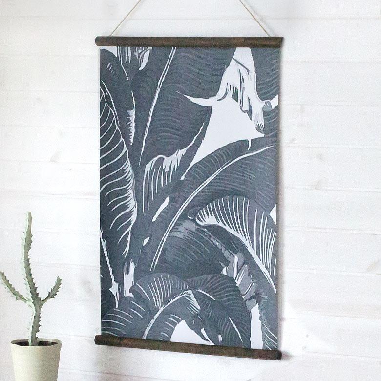 モノトーンのバナナリーフ柄タペストリー(65380)【 バナナリーフ 壁掛け 吊るす ポスター ロールサイン スクリーン ウォールデコレーション おしゃれ 葉 のれん 壁面装飾 リゾート ボタニカル 西海岸 ハワイ 】