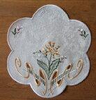レースドイリー スプリング 25cmジャガード生地に刺繍とカットワークを入れた贅沢な刺繍早春の花のイメージドイツ「プラウエナーレース」