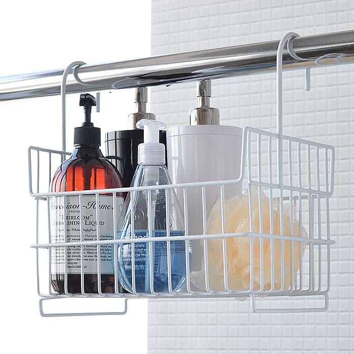フックのついたワイヤーバスケットは、吊るす収納におすすめ。通気性がよく、洗剤がこぼれても洗いやすいから、清潔を保ちやすいのです。