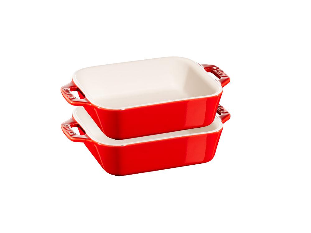 ホーロー鍋でおなじみのストウブ社の、食器としてもオーブン皿としても使えるマルチなアイテム。金属を一切含まない土で作られ、約1000℃の高温で焼き入れした、傷に強いセラミックウエアです。オーブン・電子レンジはもちろん、冷凍もOK。しかもくっつきにくく、食洗機も使えるのでお手入れもラク。お得な2個セットでスタッキングもできます。