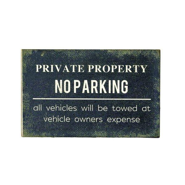 wood sign board no parkingの写真